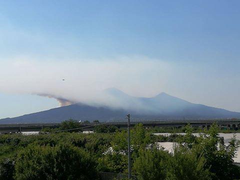 Vasto incendio sul Vesuvio, in azione Canadair ed Esercito
