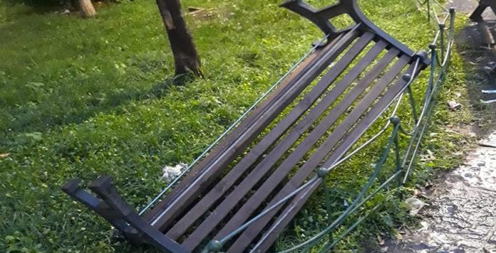 Angri panchina vandalizzata