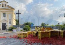 Pagani Via Madonna di Fatima carico di pomodori dispersi su strada
